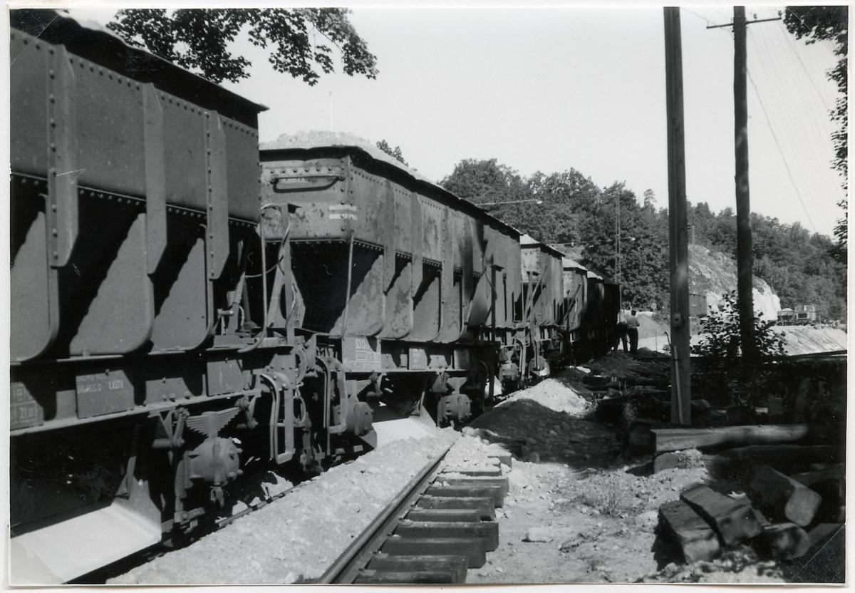 Urspårning under grusning av breddade järnvägsspåret till Överums bruks lager. Statens Järnvägar, SJQ32u Mfd.