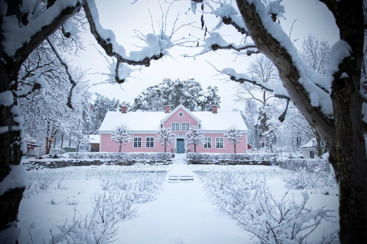 Leikanger prestegård i vinterdrakt. (Foto/Photo)