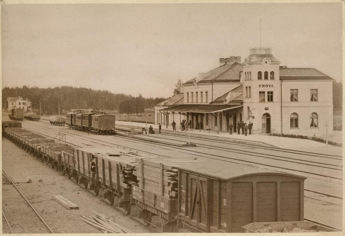 Frövi 1874 station och bangård med godsvagn och personvagn.