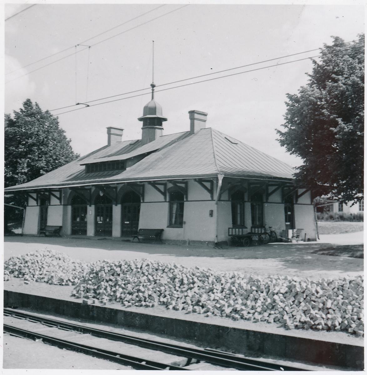 Statens Järnvägar, SJ,  det ligger en hög med sten troligen för stensättning vid stationen.