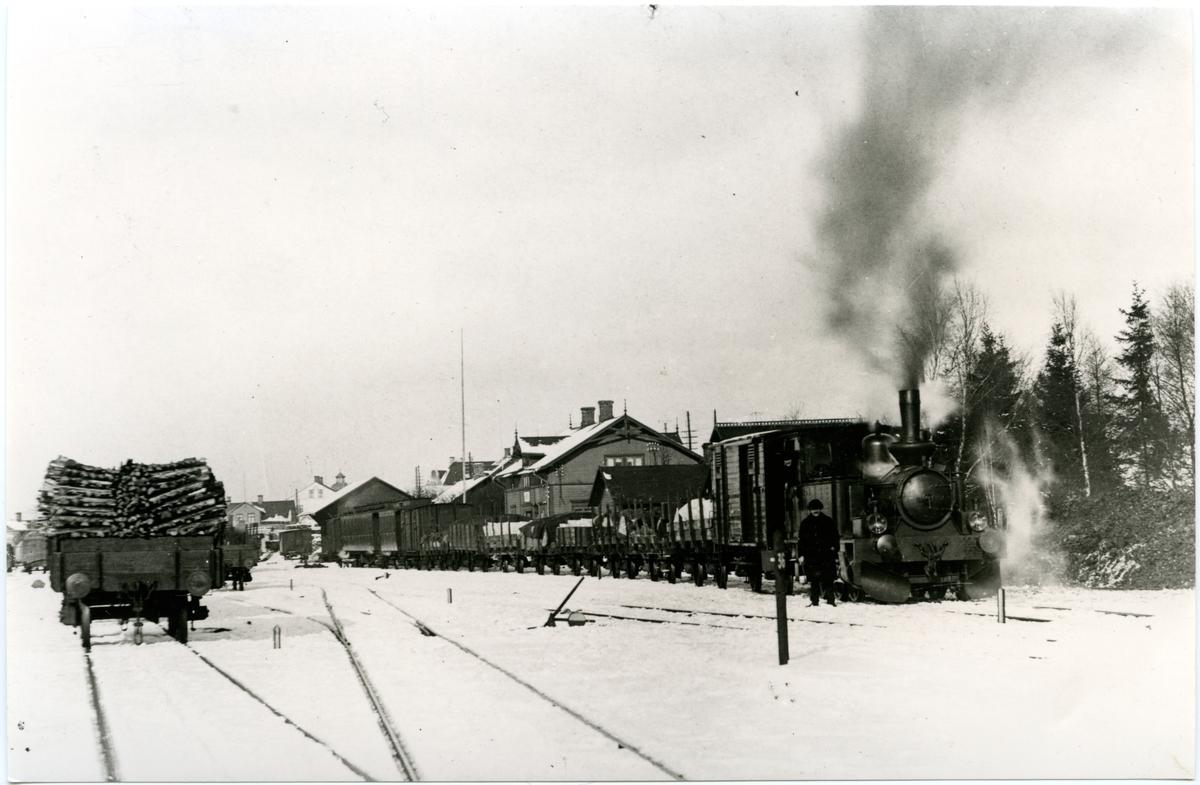 Hässleholm - Markaryds Järnväg, HMJ lok 2 med blandat tåg vid Markaryds station.