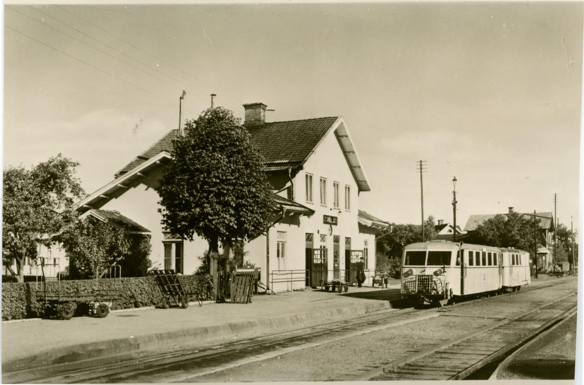 Station med smalspårigt Hilding Carlsson motorvagnståg.