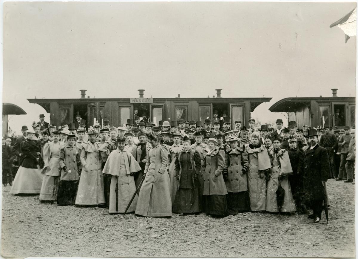 Norrköpings musikaliska sällskaps utflykt till Linköping omkring 1890. Fotot taget i Norsholm under tågets uppehåll där.