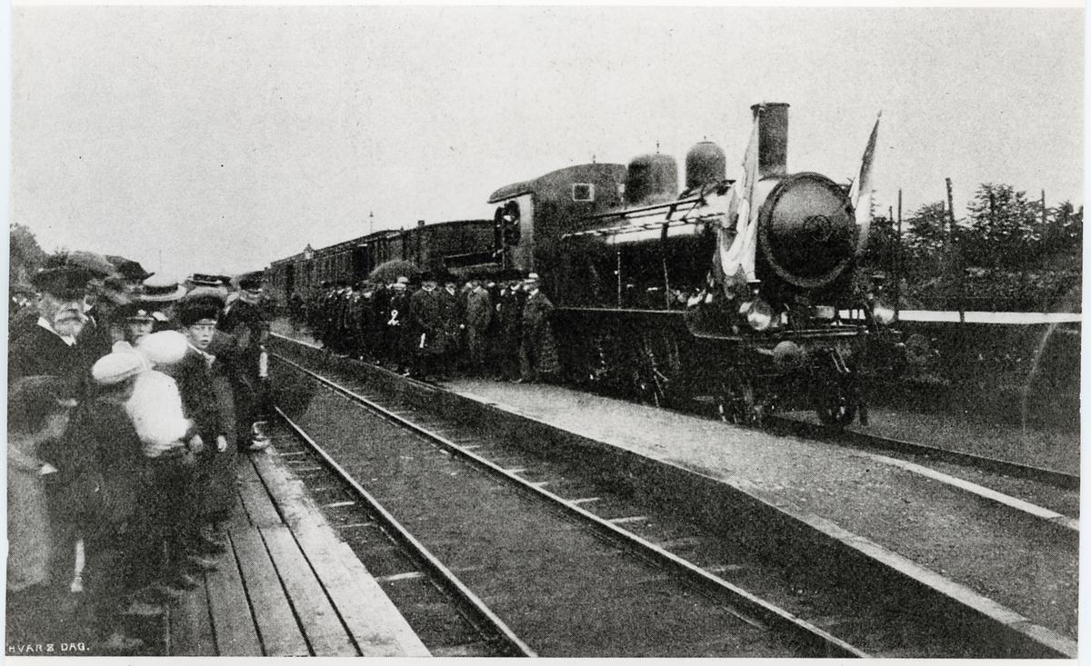 Invigningståget på Kristianstad - Glimåkra - Elmhult Järnväg. Loket är Kristanstad - Hässleholms Järnväg, CHJ lok 14. Efter förstatligandet blev det Statens Järnvägar, SJ L11 1654.