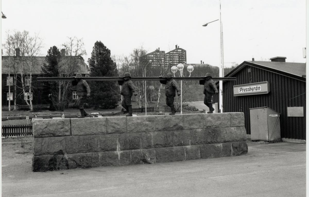 Skulptur i brons och grantit av Torsten Fridh vid namn Rälsbäraren, uppförd 1965 vid järnvägsstationen i Kiruna.