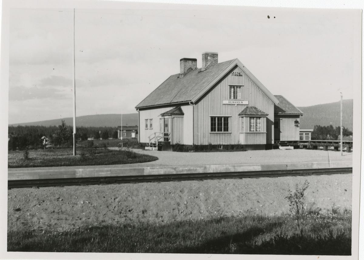 Hållplats anlagd 1933. Envånings stationshus i trä, sammanbyggt i vinkel med godsmagasinet