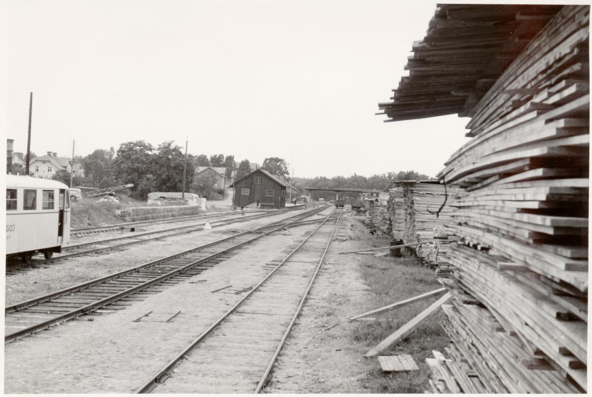 Motorvagn TGOJ B17. fotograferat mot norr. Trafik började 1876. Sidospår till sågverket 1921-10-01, brädgården 1938-05-15.