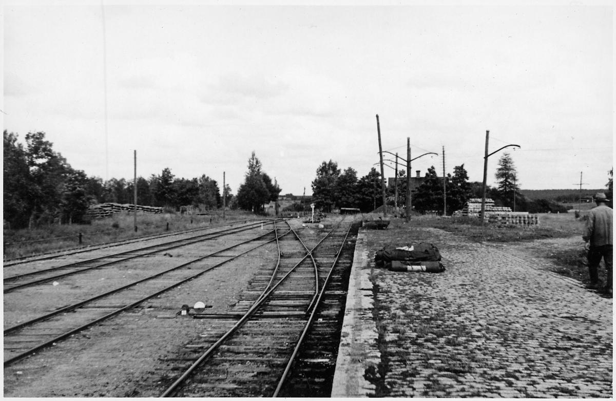 Bangård och lastkaj vid Mullhyttemo station. Bilden tagen i samband med den stundande elektrifieringen av sträckan mellan Örebro - Svartå.