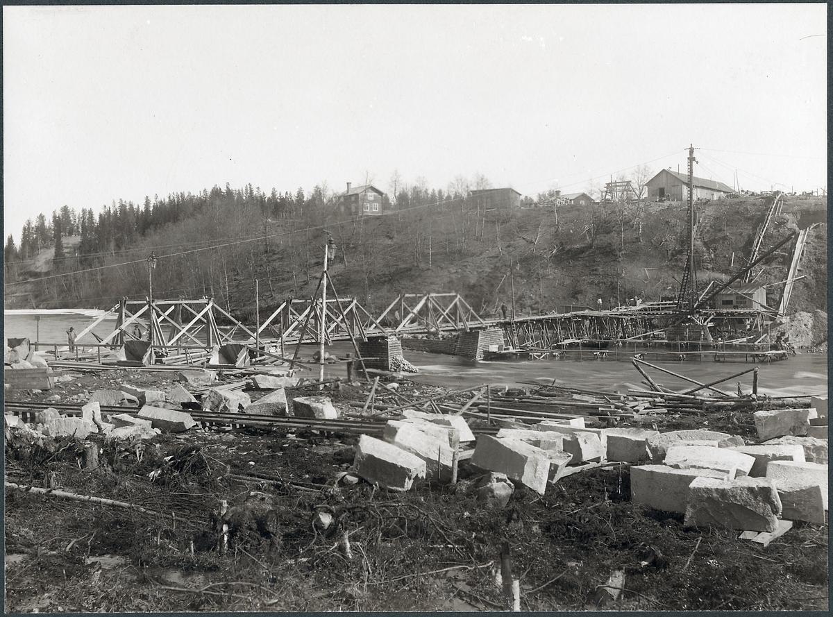 Bygge av bro över Skellefteälven på linjen mellan Klutmark och Slind längs statsbanan Bastuträsk-Skellefteå-Skelleftehamn.