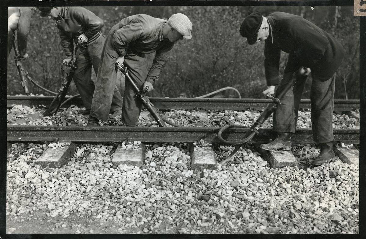 Sliperarbete med hjälp av tryckluft på provsträckan mellan Sösdala och Tjörnarp.