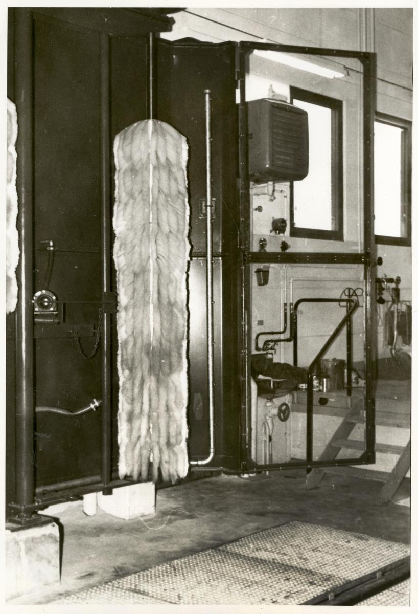 Interiör från skötselhall för rälsbussar i Nässjö. Borste till tvättmaskin.