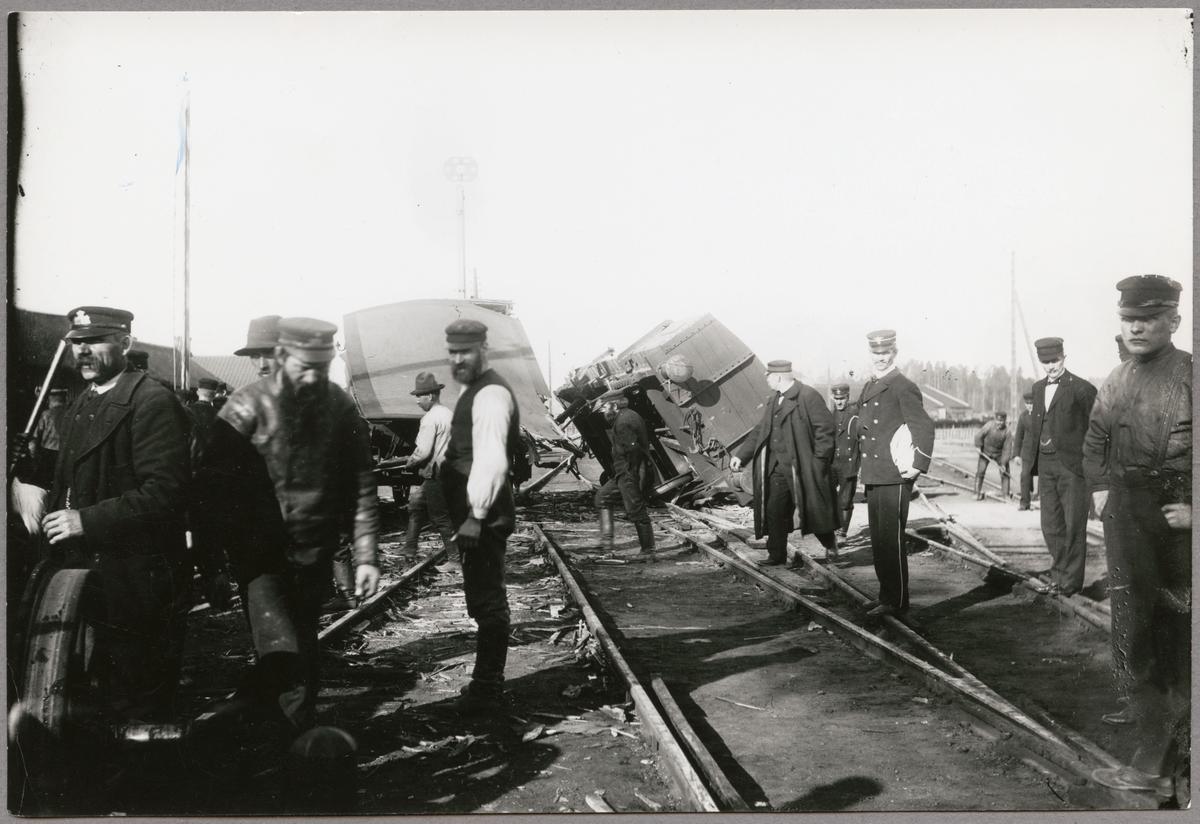 Bild från tågkollision vid Hallsberg den 25 april 1901, då ett persontåg kolliderade med ett växlingståg på grund av en fellagd växel.