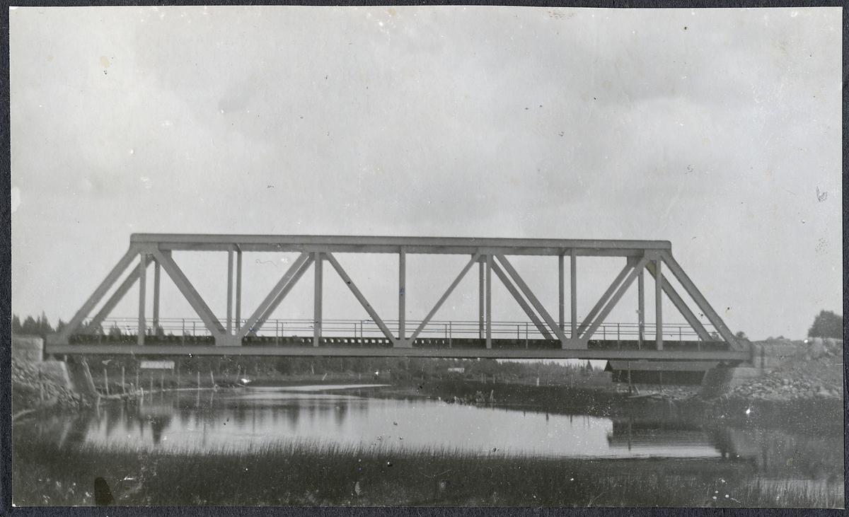 Bro Över Sikåsån. Spannvidd på bron är 40.0 meter.