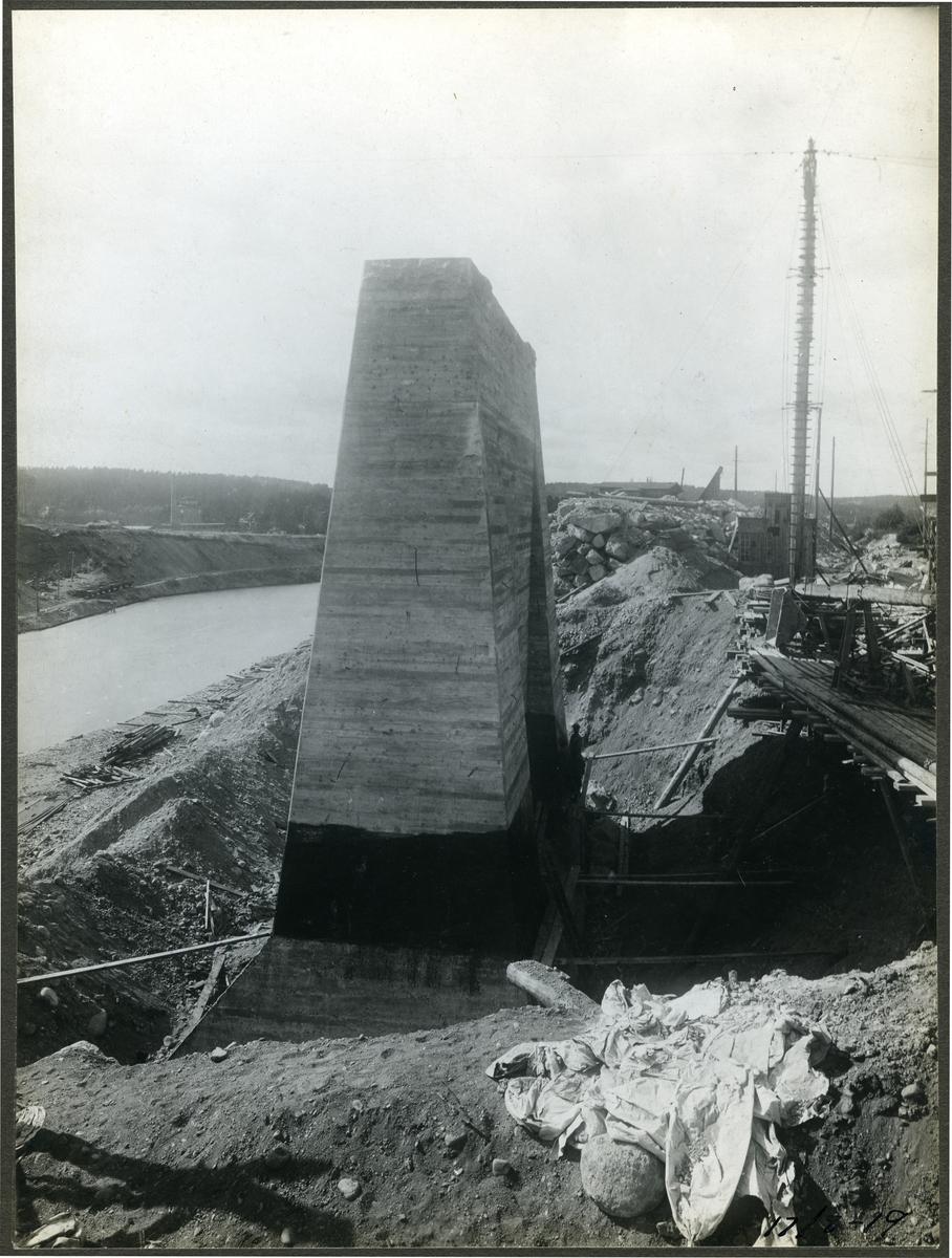 Brobygge över Södertälje kanal. Rönninge--Ström Dubbelspårig klaffbro byggdes 1921 över Södertälje kanal.