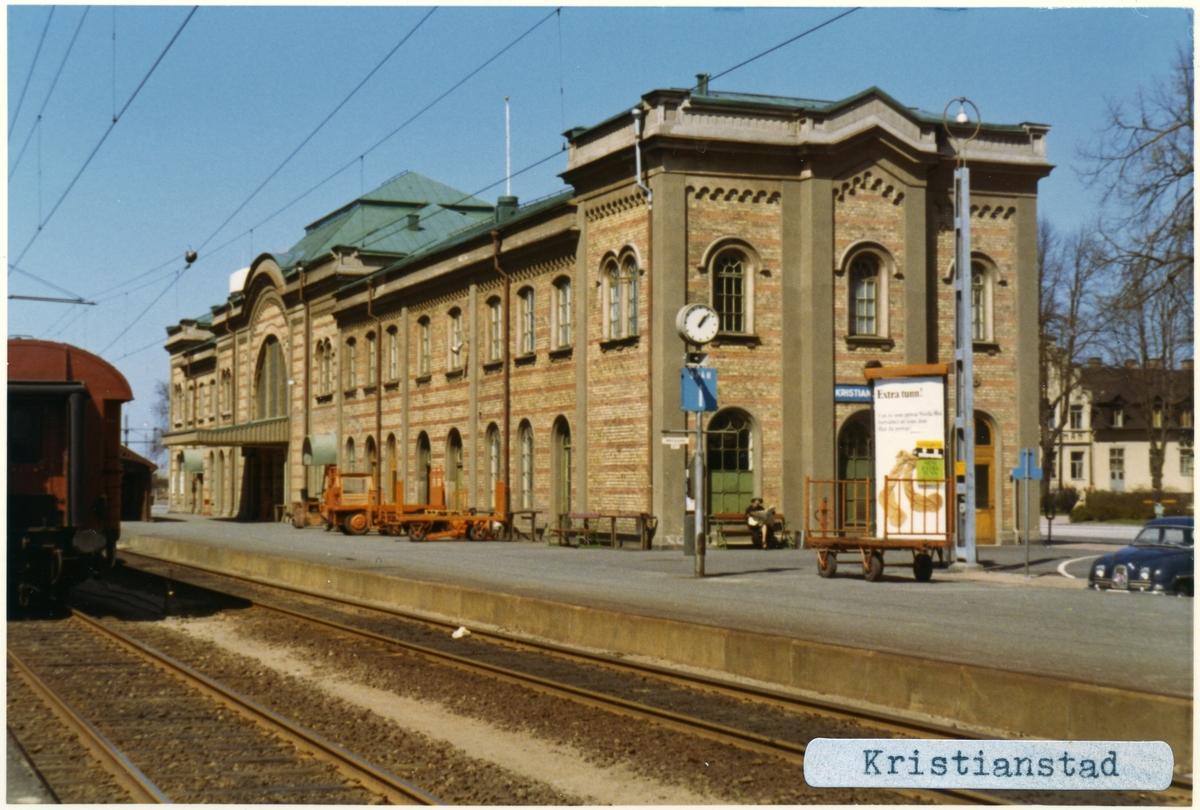 Stationen byggd 1865 av CHJ. Arkitekt: C Adelsköld. Stationen hade banhall 1865 - 1917, Stationshuset ombyggt 1917. Lokstationen byggd 1912 - 14  verkstaden byggd 1908, ombyggd 1955. Nedlagd som driftsverkstad 30 juni 1991. Bussgarage och vattentorn från 1915, ställverksbyggnad från 1950-talet, godsmagasin från 1910-talet. På bilden syns en Saab och kärror som använder att flytta gods med.