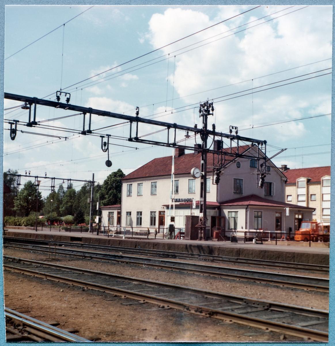 Station anlagd 1874. Tvåvånings putsat stationshus.