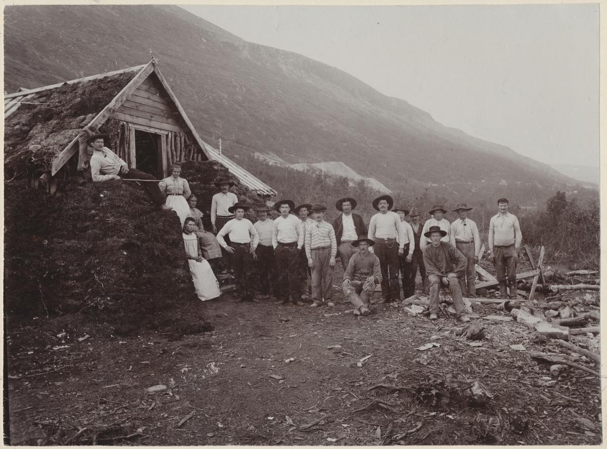 Torvbarack med kockor och rallare på riksgränsen 1900, Nuoljatunneln.