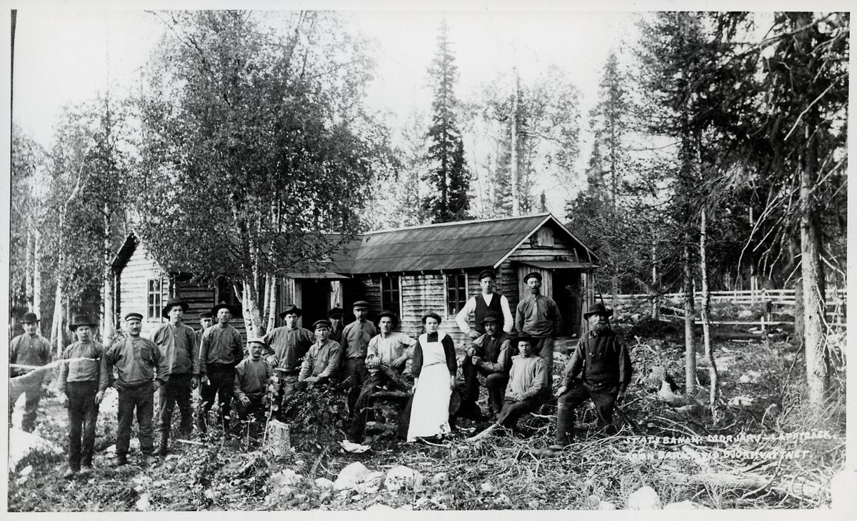 Banbyggnad statsbanan, Boden-Morjärv-Lappträsk. Rallare med en kvinna som troligen är deras kokerska.
