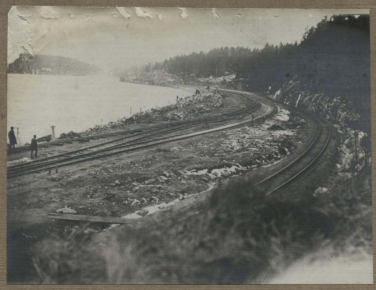 Dubbelspårsbanbyggnad Göteborg - Alingsås. Före sprängningen vid sjön Stora Sävelången, väster om Norsesund, den 29:e mars 1916.