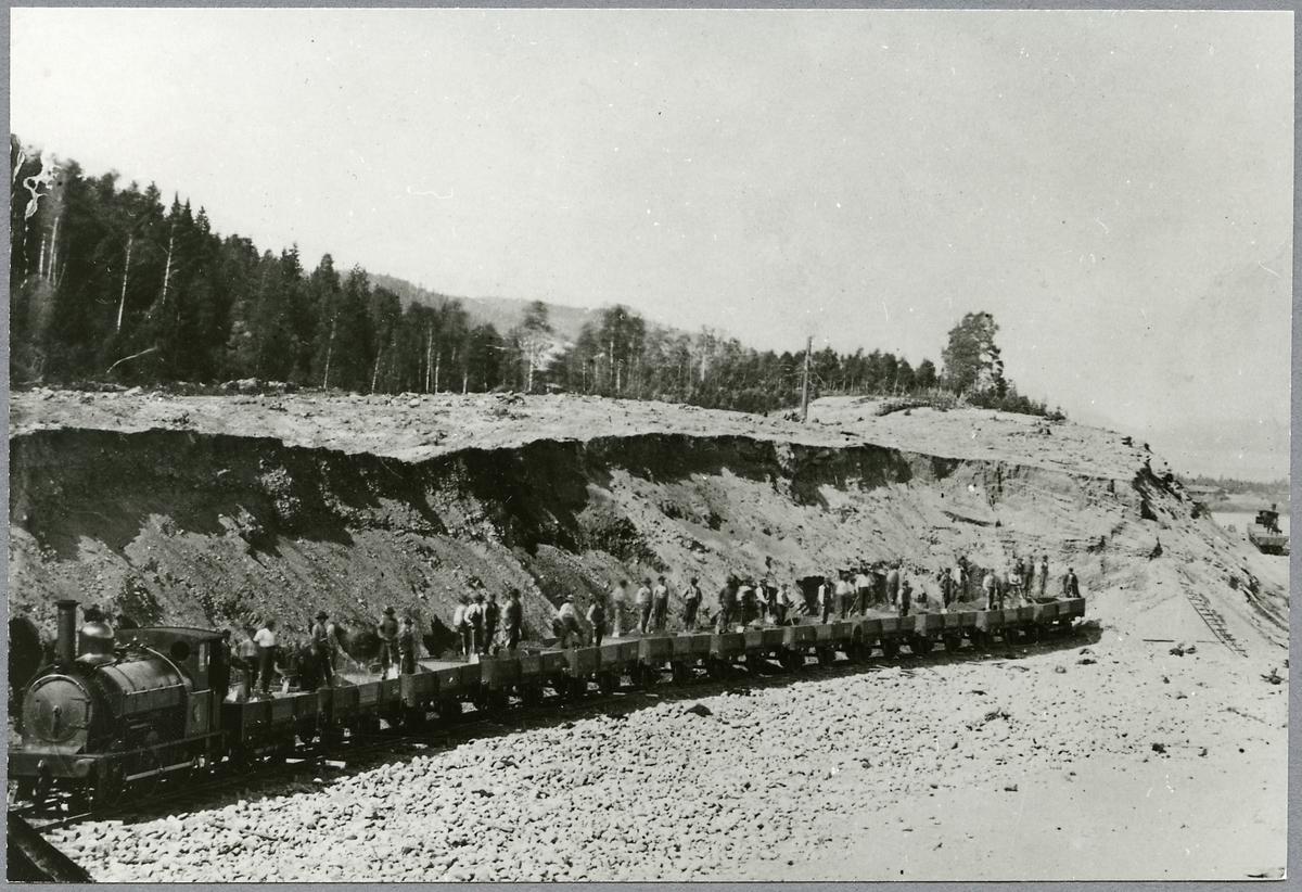 Bergslagernas Järnvägar, BJ U 2 med grusvagnar och banarbetare.