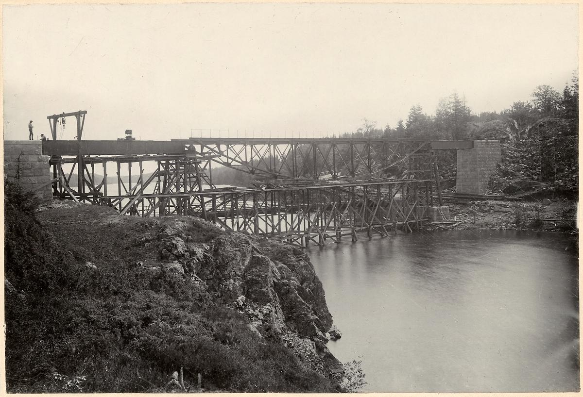 Byggnation av bron över Ellenösundet.