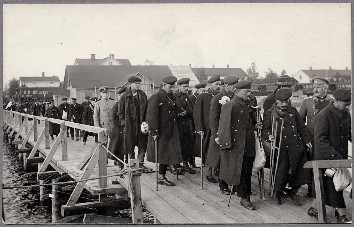 Ryska krigsinvalider på hemväg under första världskriget passerar Haparanda.