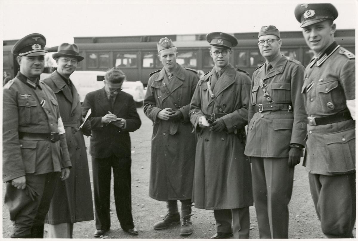 Sjukvårdspersonal och militärer vid sjukhuståg.