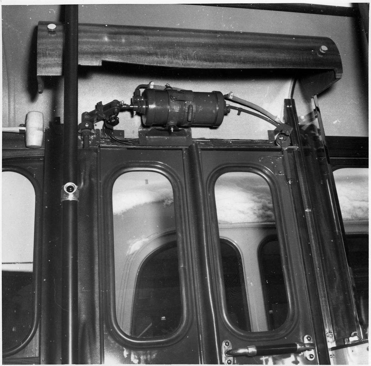 Motor som driver dörröppning i en buss.