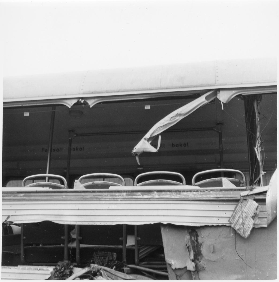Skadad inredning och chassi på en buss.