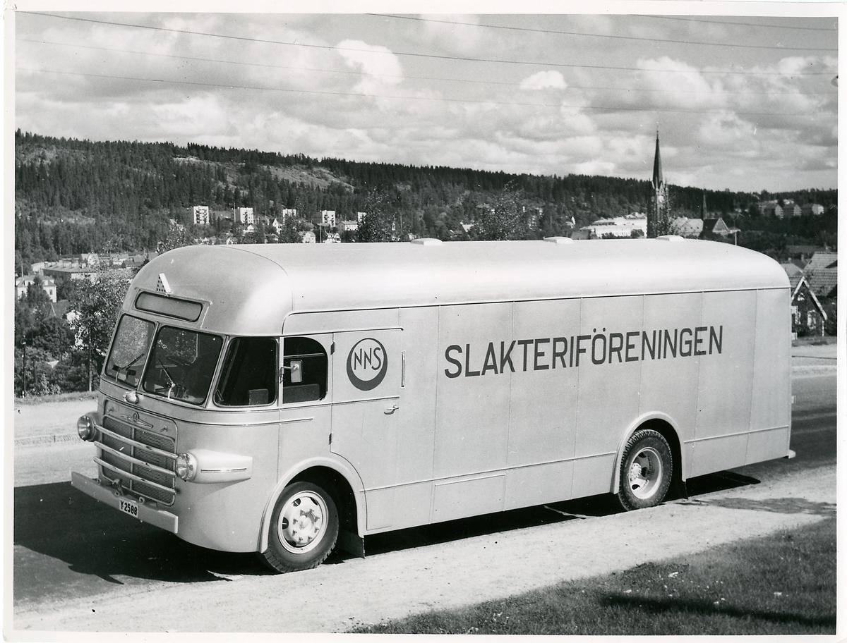 Buss från Nedre Norrlands Slakteriförening med kaross från Alnö Karosserifabrik med Gustav Adolfs kyrka, Sundsvall, i bakgrunden.