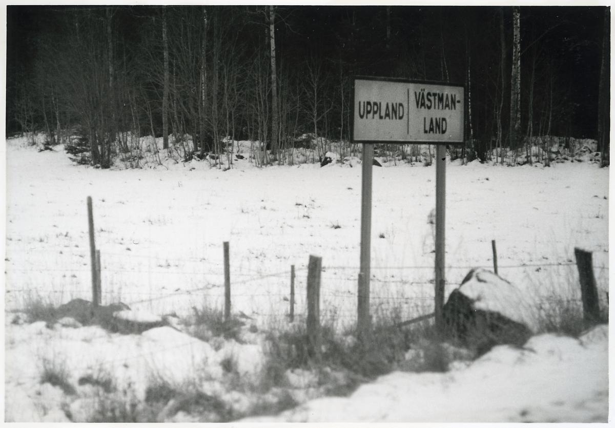 Lanskapsgräns mellan Uppland och Västmanland.