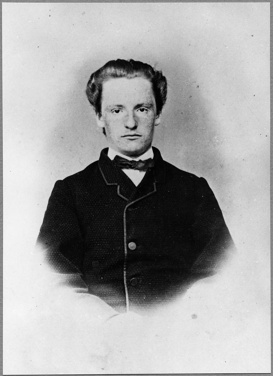 Klas Arnoldsson. Biljettör, bokhållare, stationsinspektor, riksdagsman samt mottagare av Nobels fredspris år 1908.