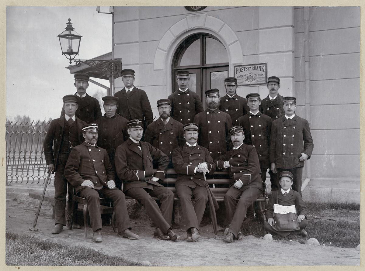 Personalen vid Frövi station 1893.