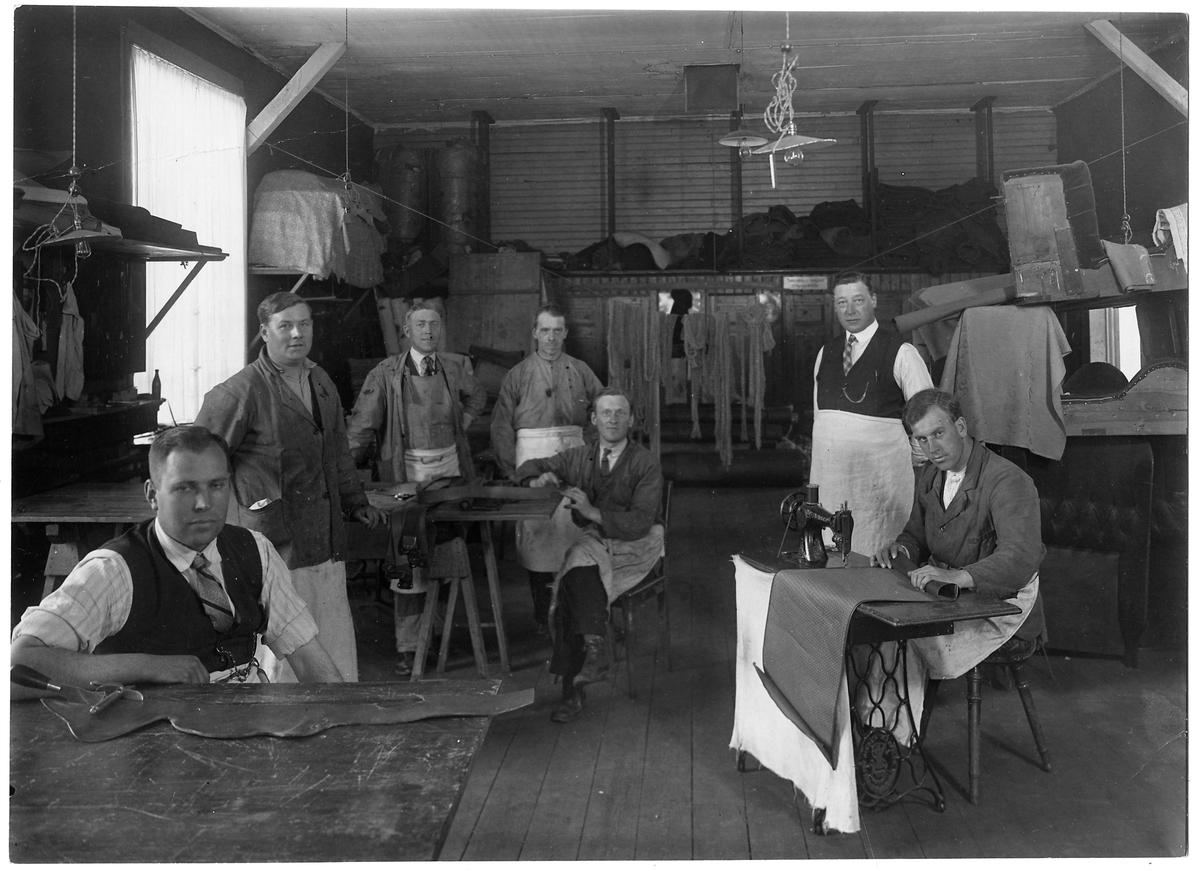 Verkstadsarbetare på tapetserareverkstaden vid Tomteboda station.