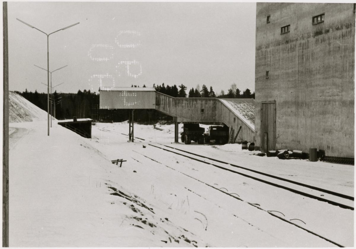 Lastplatsen vid Idkerbergets gruva med berglaven i bild, 1964.
