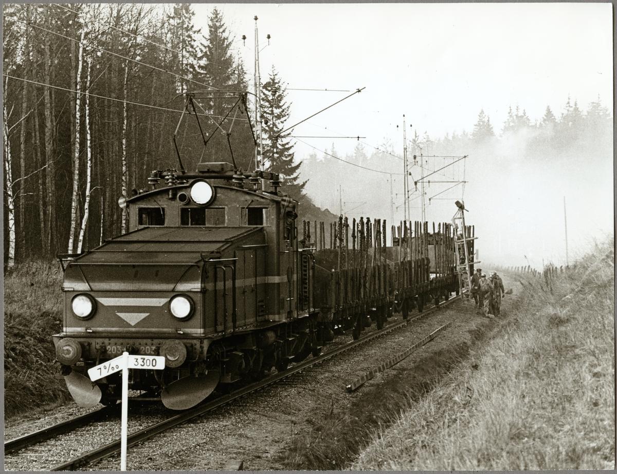 Trafikaktiebolaget Grängesberg–Oxelösunds Järnvägar, TGOJ Hg 203 vid underhåll av sträckan mellan Harsjön och Bälgviken 1967.