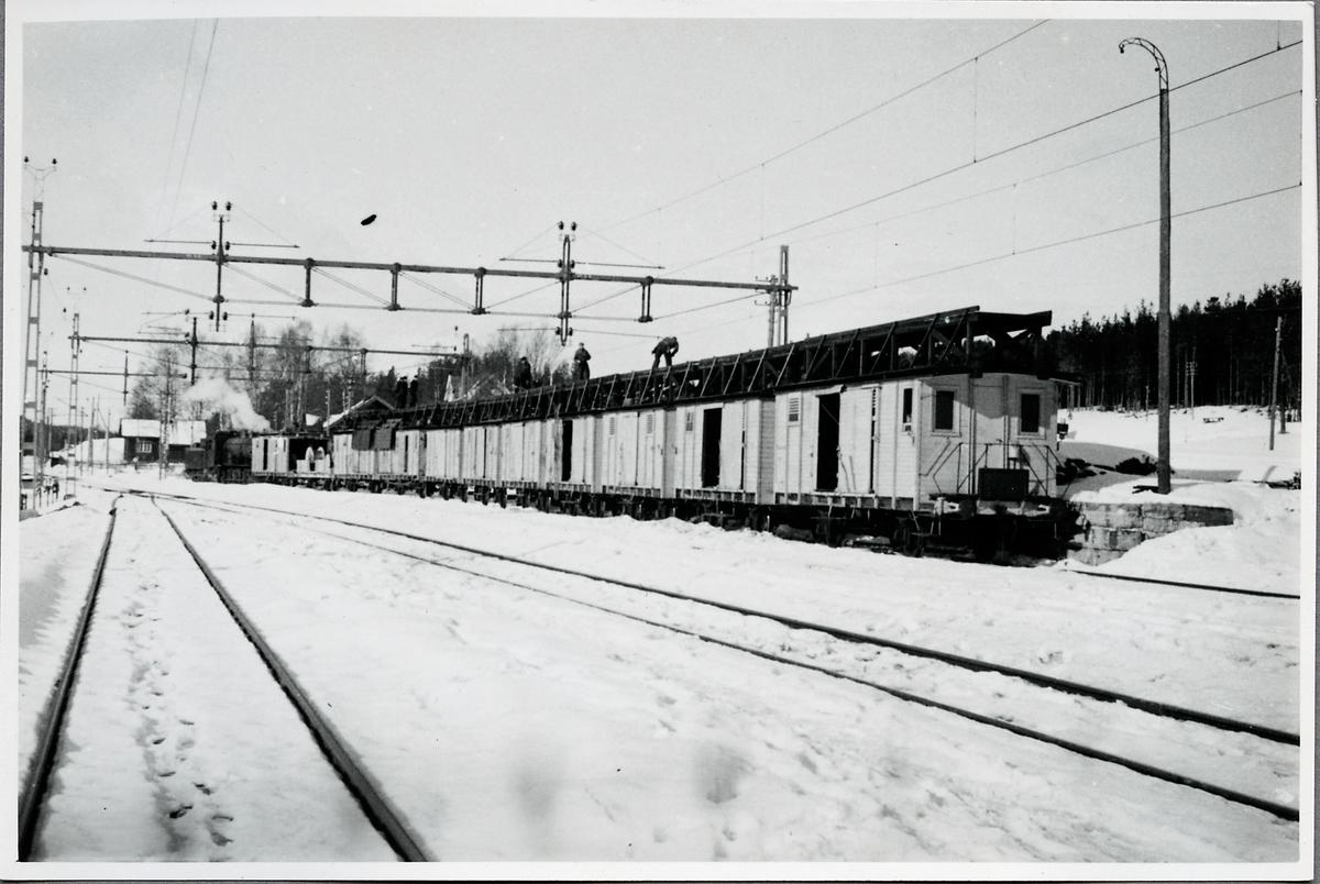 Ledningsmontage av linje inför elektrifiering. Montagetåg.