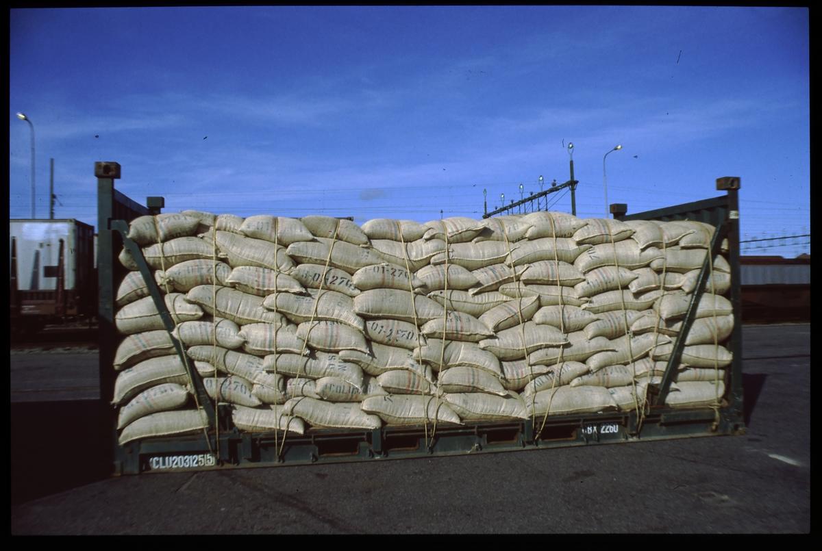Containerflak lastat med säckar.