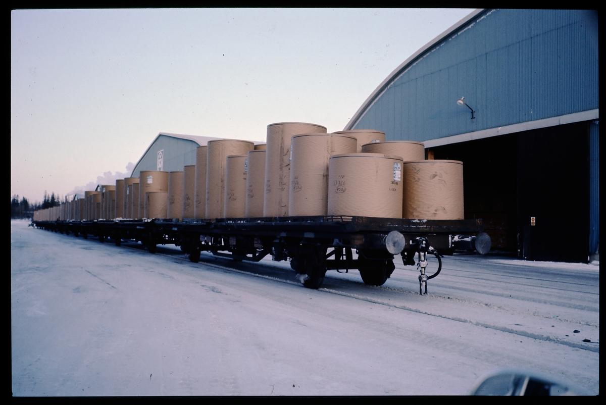 Lastad godsvagn med pappersrullar.