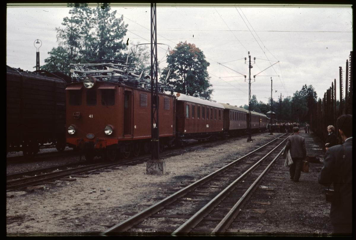 Nordmark–Klarälvens Järnvägar, NKlJ ellok 41 med personvagnar vid Finnshyttan station.