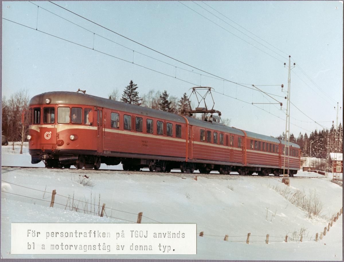 Trafikaktiebolaget Grängesberg - Oxelösunds Järnvägar, TGOJ Yoa104 rälsbusståg på linjen mellan Mellösa och Flens Övreunder vintertid.