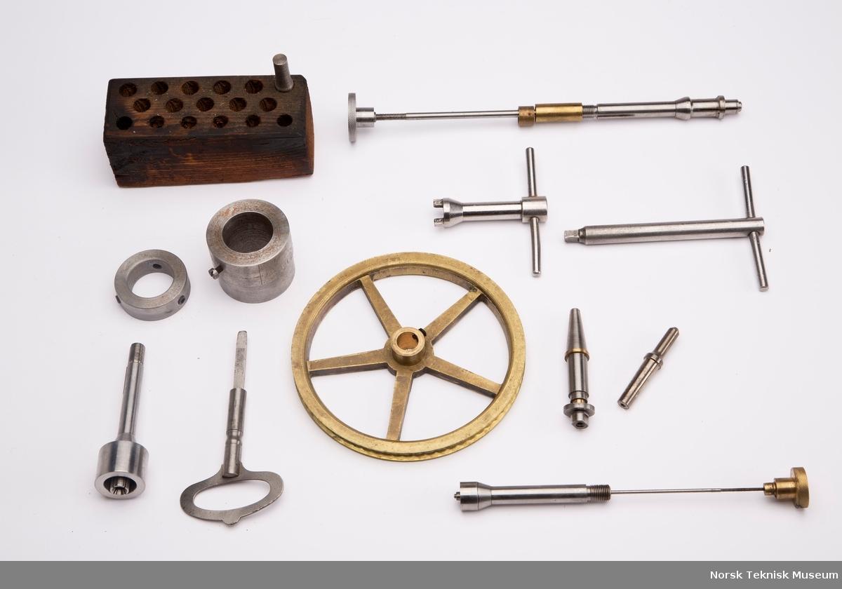 Maskin (kopiaggregat) til fremstilling av freser og spesielle tannhjul. Medfølgende deleskiver, spenntenger og sykloidemaler til kopiaggregat.