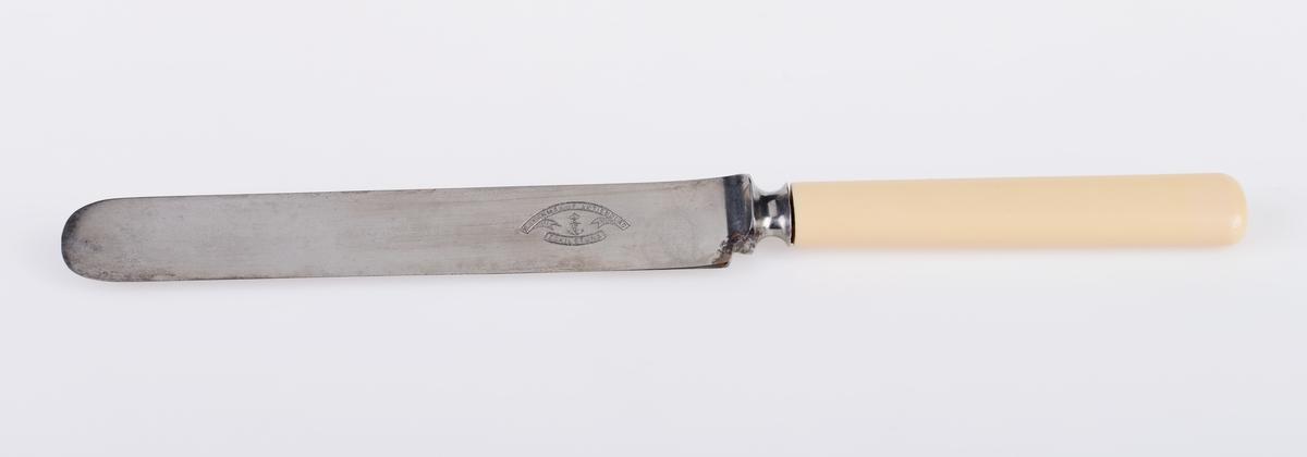 """30 identiske middagskniver. Knivbladet er laget av stål og er relativt bredt og langt. Skaftet er laget av bein. På den ene siden er det stempel med informasjon om produsent og produksjonssted, se """"Påført tekst/merker"""". Sammen med teksten er det et anker med en krone på toppen."""