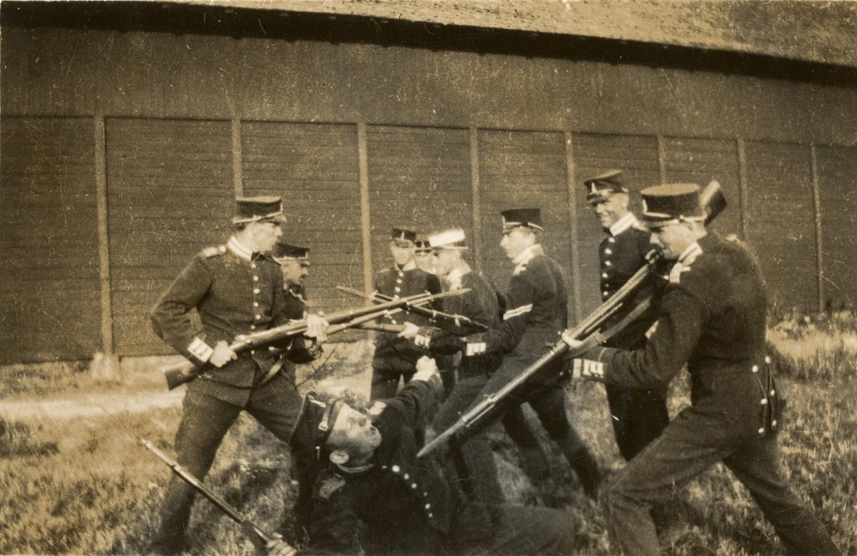 Soldater från Göta livgarde I 2 med vapen.