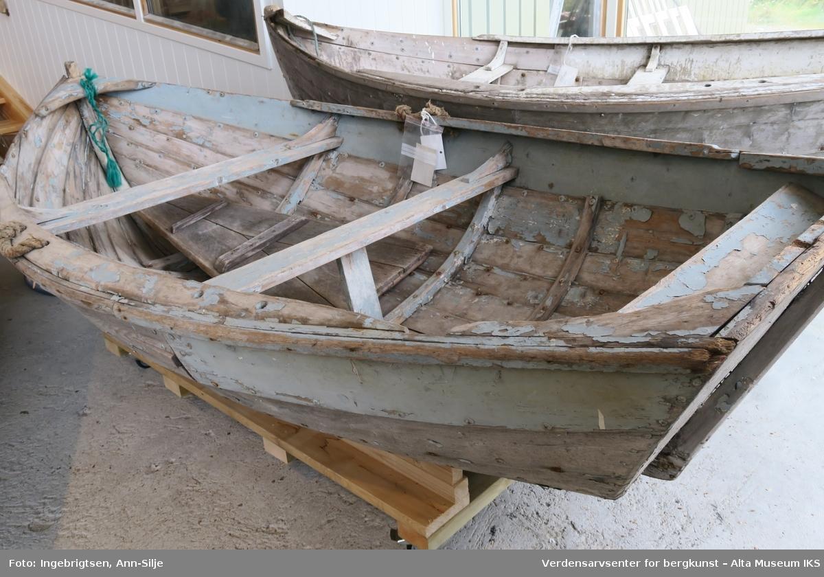 90b63dcb Liten robåt som er klinkbygd. På begge sider er det kraftige taustumper som  fungerer som