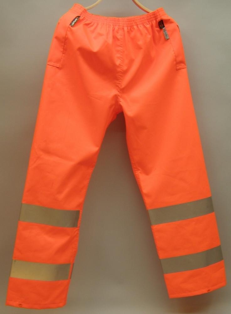 Varselbyxor för Botniabanan AB, ofodrade. Orange med två reflexband på vardera ben.