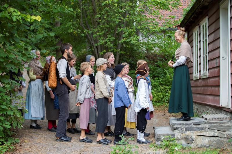 Barn foran Skolestua på Historisk ferieskole Norsk Folkemuseum. (Foto/Photo)