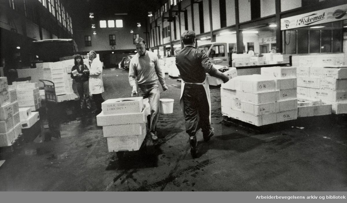 Fiskehallen på Vippetangen kl. 6 om morgenen når forretningene skal handle inn fisk. August 1985