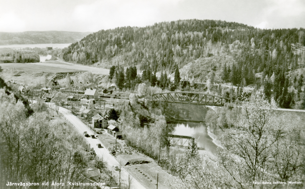 """Tryckt text på kortet: """"Järnvägsbron vid Åtorp. Kvistrumsdalen""""."""