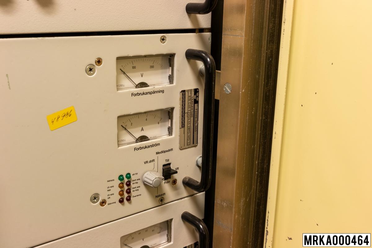 Växelriktaren är en del i strömförsörjningssystem 24 V, 48 V. Växelriktaren, som under normal drift går i tomgång, används vid spänningsbortfall för att generera 220 V-växelspänning till prioriterade sambandsutrustningar (bärfrekvensutrustningar och modem för stridsledning).  Strömförsörjningssystem 24 V, 48 V matas under normala drift med 220 V-växelspänning. Denna spänning likriktas, regleras och omvandlas till +24 V, -24 V och -48 V likspänning för strömförsörjning av sambands- och eldledningsutrustningar, nödbelysning samt underhållsladdning av ackumulatorbatterierna i ackumulatorlådorna. Vid spänningsfall matas strömförsörjningssystemet från ackumulatorbatterierna. Detta kan pågå under minst en halvtimma, sedan måste batterierna laddas om.  Övriga komponenter i strömförsörjningssystemet är likspänningsregulator, växelriktare, likriktare, likspänningsomvandlare och avstörningsfilter.  Ursprungsbenämning: VÄXELRIKTARE Ursprungsbeteckning: BTB G48 E220/4,55 2RFG-WG 1,0